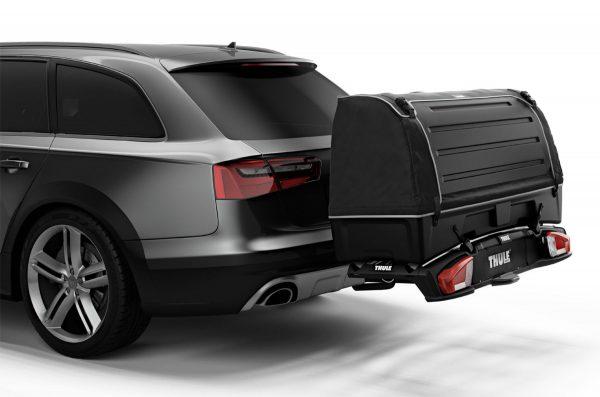 Thule BackSpace XT Lekki, wytrzymały box bagażowy mocowany z tyłu samochodu, pozwalający na łatwy dostęp do schowanych rzeczy.