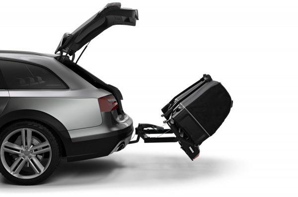 Łatwy dostęp do bagażnika dzięki zamocowaniu boksu do uchylnego Thule VeloSpace XT