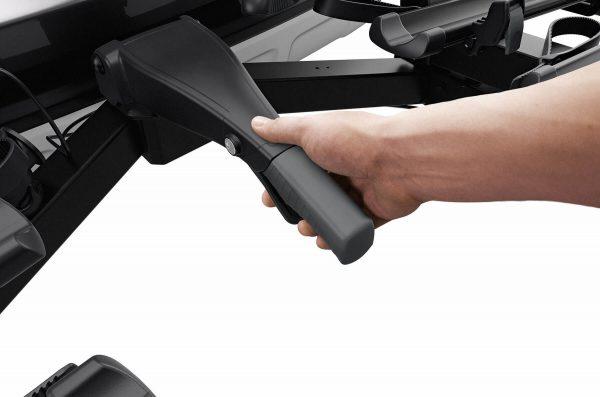 Łatwy montaż i prosta regulacja bagażnika przed zamknięciem uchwytu mocującego dzięki wstępnej stabilizacji na kuli haka holowniczego